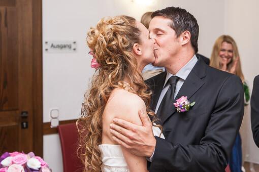 Standesamt-Eheschließung - Erster Kuss