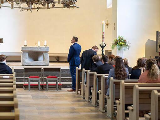 Anspannung beim Warten auf die Braut