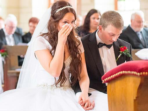 Bei einer Hochzeitsreportage die emotionalen Tränen vor Rührung und Glück der Braut festgehalten
