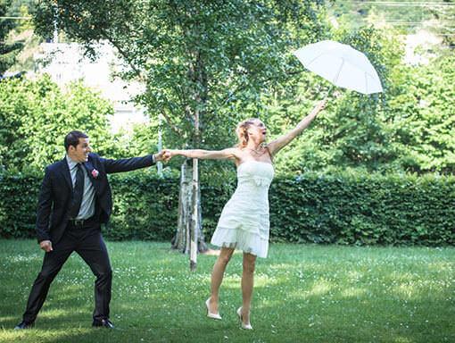 Hochzeitspaar-Shooting die Braut fliegt weg