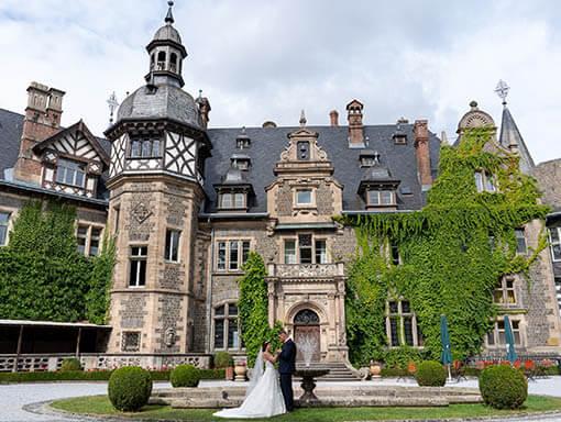 Schloss Rauischholzhausen-mit Brautpaar von Hochzeitsfotograf Gießen