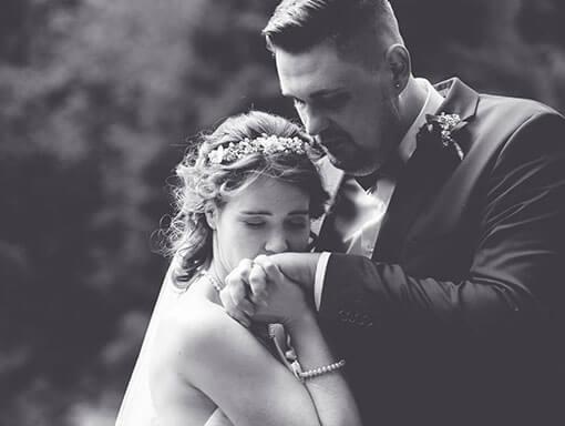 Brautpaarshooting - verliebte zweisamkeint - Handkuss