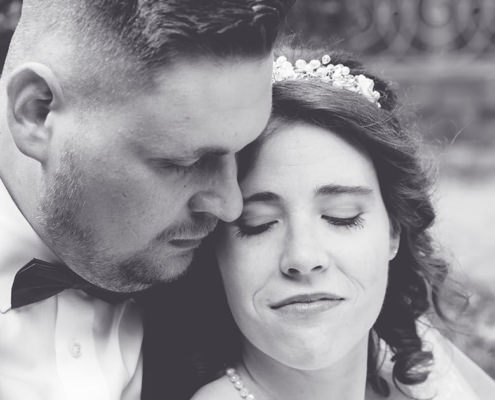Geborgen lehnt sich die Braut an ihren Mann an der nun der Fels in der Brandung für sie ist.