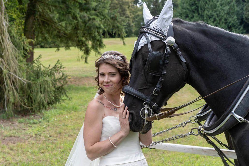 Braut mit Zugpferd der Kutsche