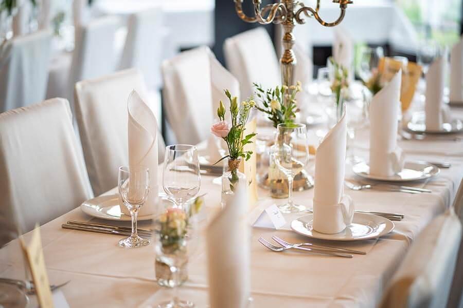 Blumenschmuck auf der Hochzeitstafel