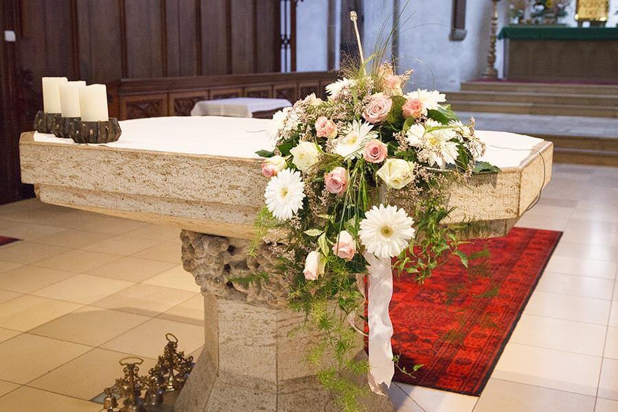 Blumenschmuck auf den Altar in der Kirche