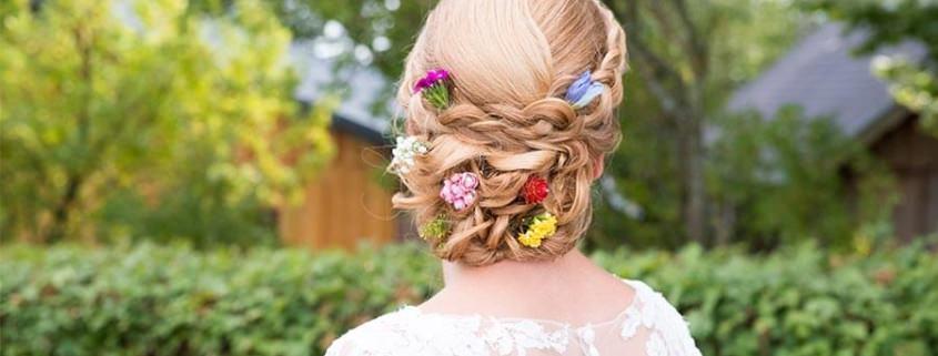 Blumenschmuck zur Hochzeit - Braut mir Blüten im Haar