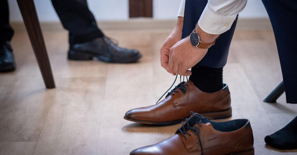 Bräutigam schnürrt seine Schuhe
