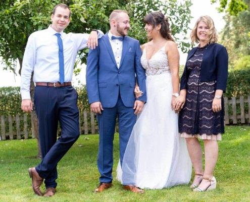 Hochzeitspaar mit ihren Trauzeugen