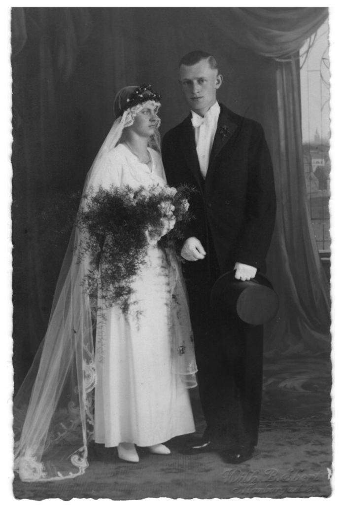 Meine Großeltern am Tag ihrer Hochzeit 1933 beim Fotografen in Marburg im Fotostudio