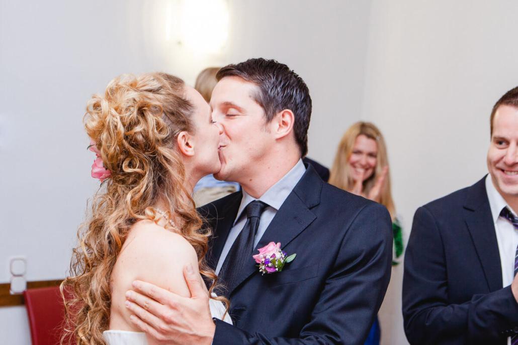 Euren ersten Kuss als Ehepaar gebt ihr euch im Standesamt