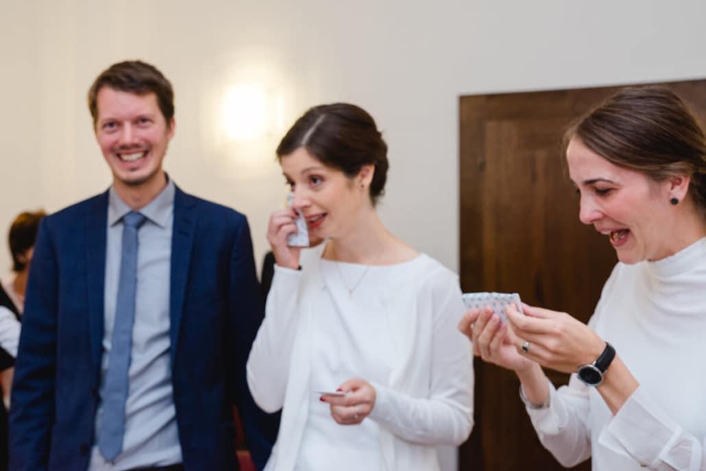 Freudentränen bei der Braut und ihrer Trauzeugin währen der Trauungszeremonie.