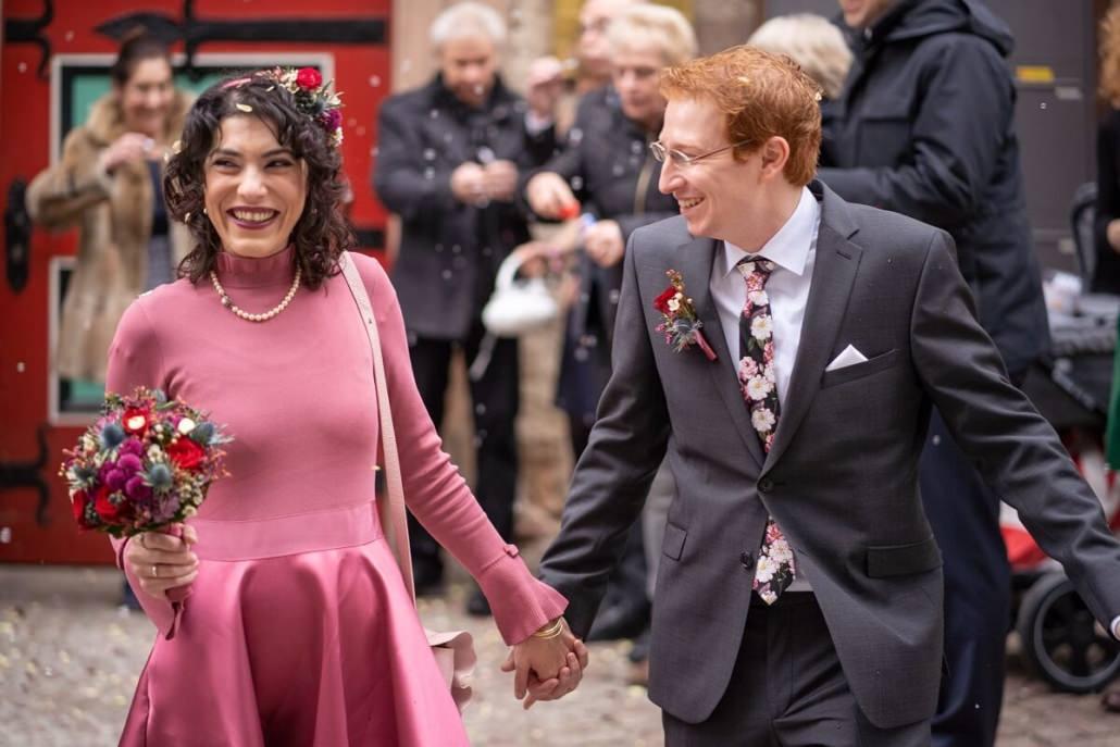Brautpaar geht nach der Trauung auf dem Standesamt