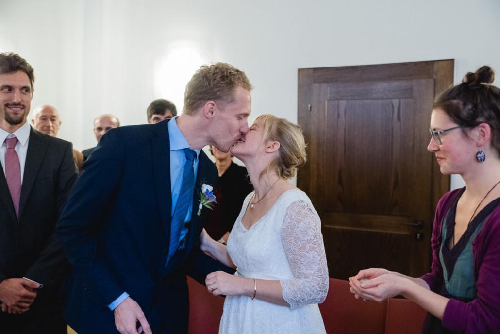 Fotograf auf dem Standesamt, den den ersten Kuss als Ehepaar gebt ihr euch hier während der Trauung.