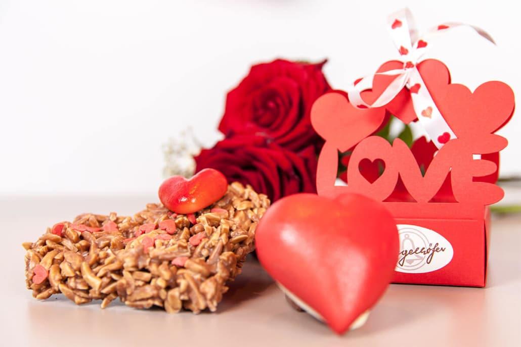 Pralinen, Schokolade, Blumen zum Valentinstag