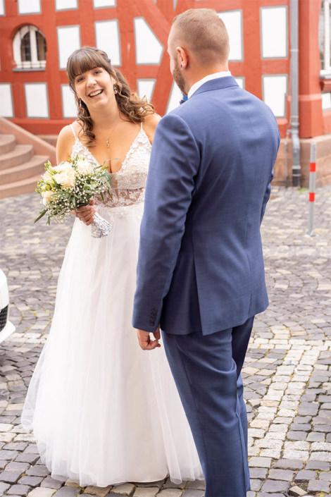 Brautpaar vor dem Standesamt in Kirchhain.