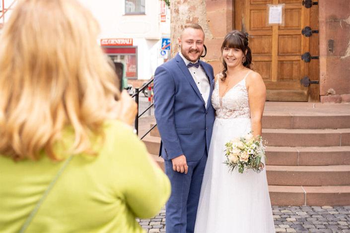 Mutter des Bräutigams macht ein Foto von dem Paar vor dem Standesamt in Kirchhain