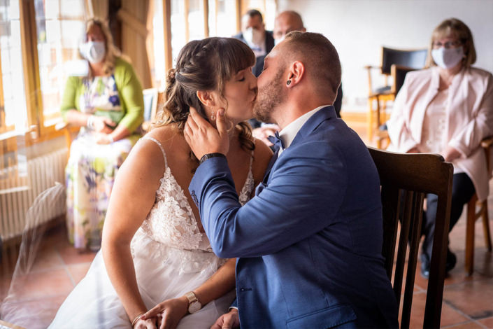 Der erste Kuss als Ehepaar im Kirchhainer Stanesamt am Markt.