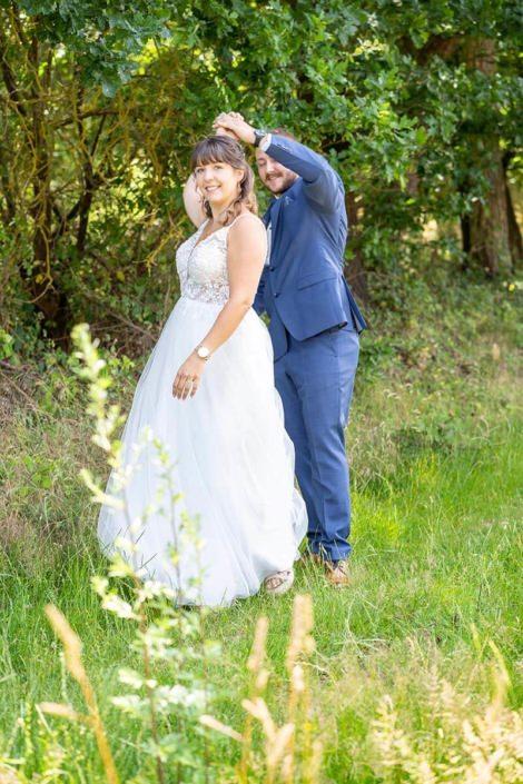 Tanzendes Brautpaar bei der Hochzeitspaar Fotosession