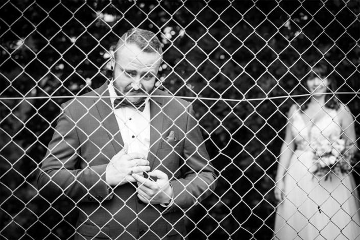 Nein! Die Ehe ist keine gefangenschaft :-) Selbst dann nicht, wenn der Bräutigam das hier Symbolisch andeutet. *lach*
