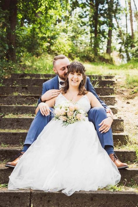 Glückliche Braut in verliebter zweisamkeit in Kirchhain