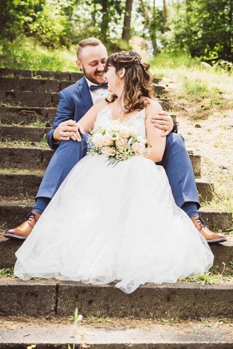 Glückliches Brautpaar in verliebter zweisamkeit in Kirchhain