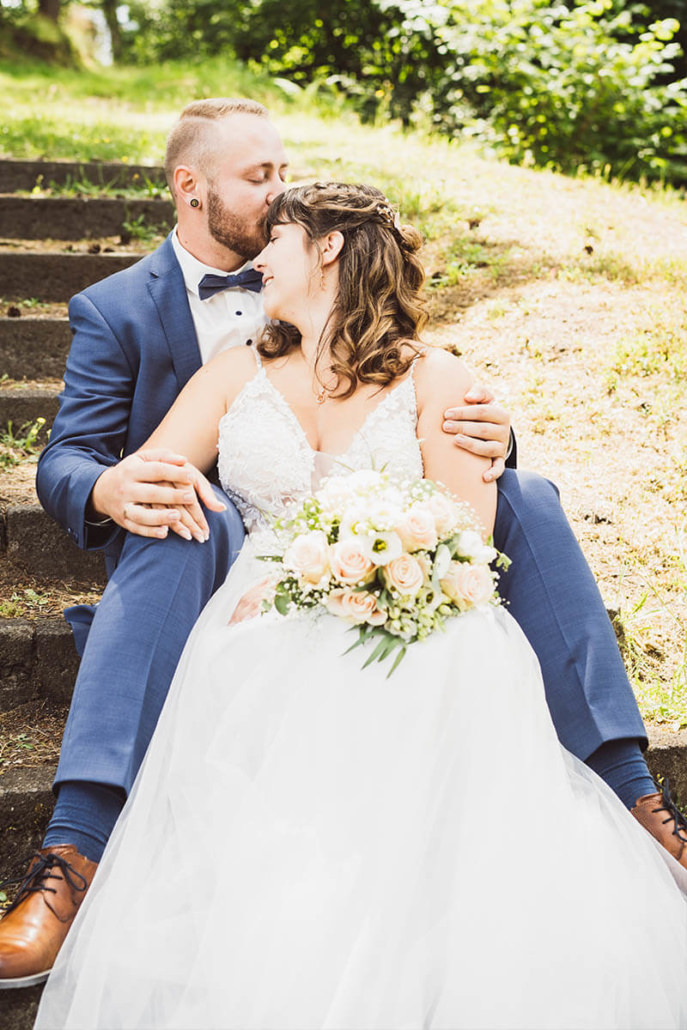 Kristina und Max in verliebter zweisamkeit beim Brautpaarshooting in Kirchhain