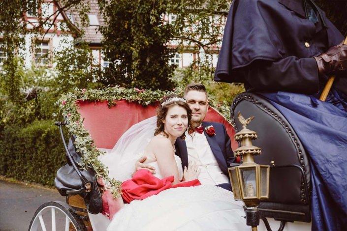 Hochzeitspaar in der Hochzeitskutsche vom Hochzeitskutschenservice Estor in Buchholz