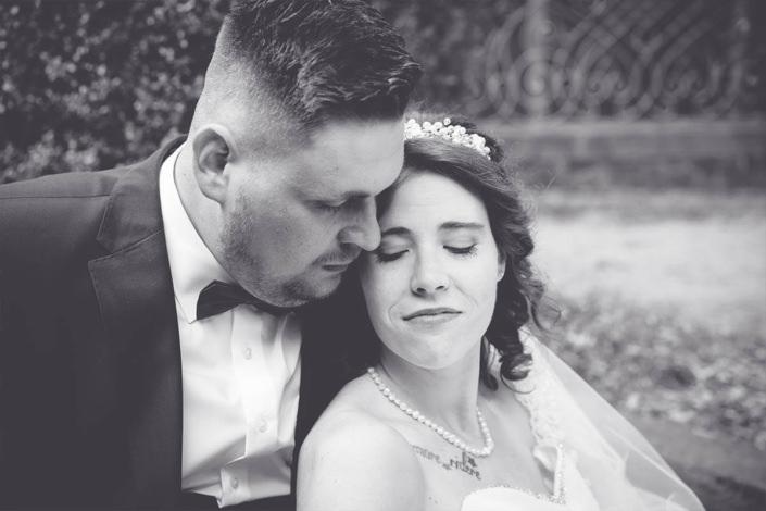Hochzeitspaar das den Moment genießt. Ein Augenblick der Ruhe bei der Fotosession im Schlosspark