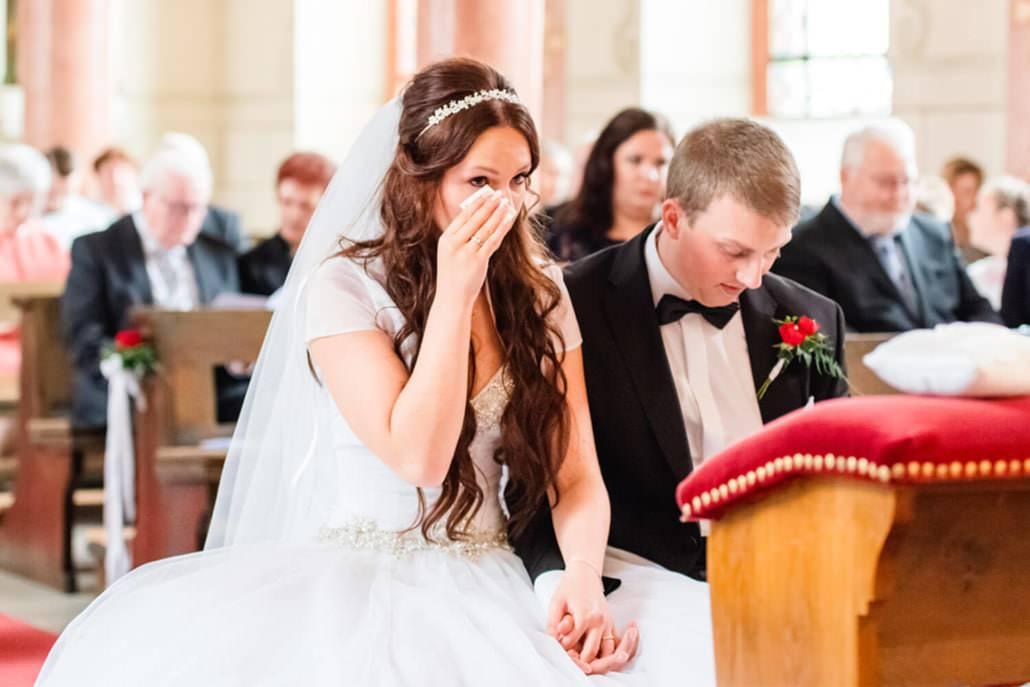 Tränen der Anspannung und Rührung der Braut während der Trauungszeremonie