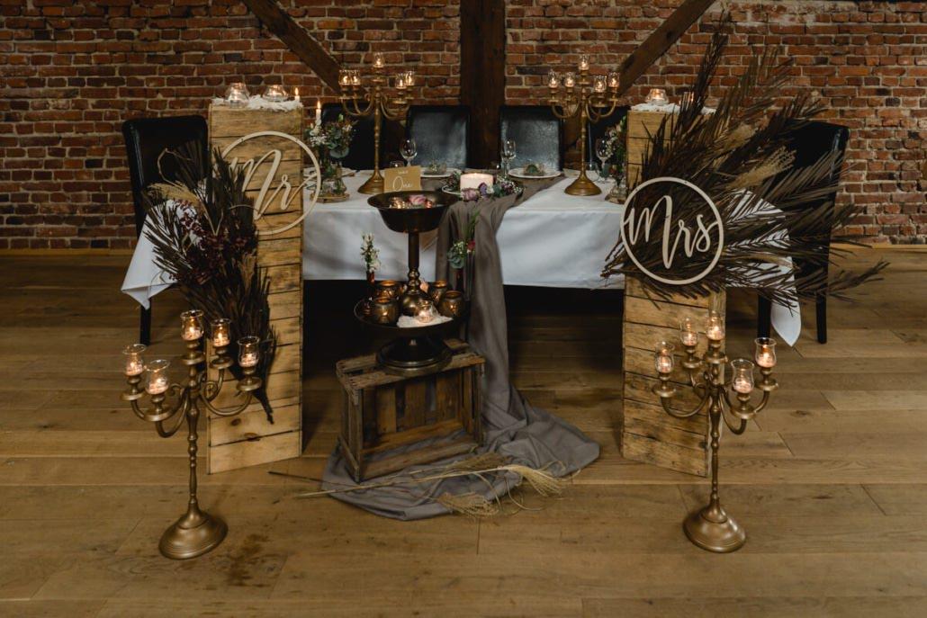Dekoration des Hochzeitstisch vom Brautpaar in der Hochzeitslocation