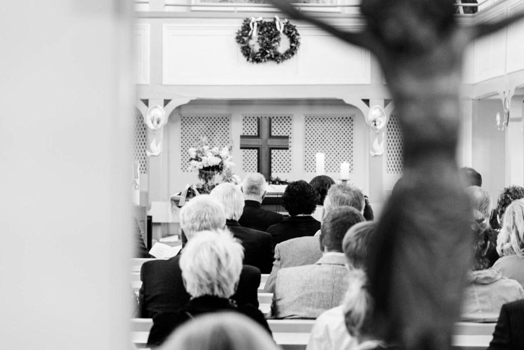 Gespannt wartet die Hochzeitsgesellschaft in der Kirche auf den Beginn der Trauung