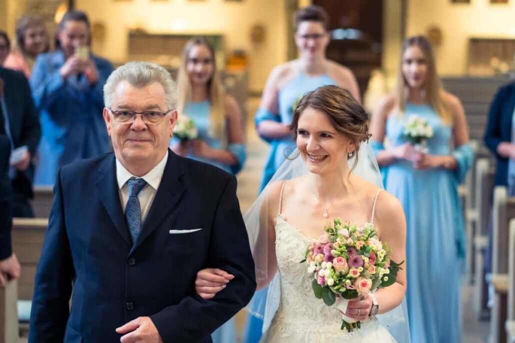 Braut beim Einzug mit ihrem Vater. Gefolgt von den Brautjungfern